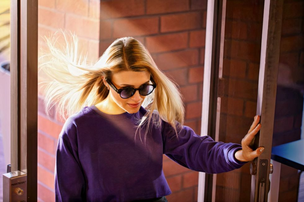 razer-anzu-smartglasses-girl